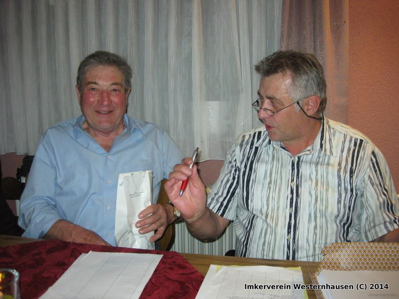 Vorstand Otmar Bopp dankt Kassier Otmar Schäfer